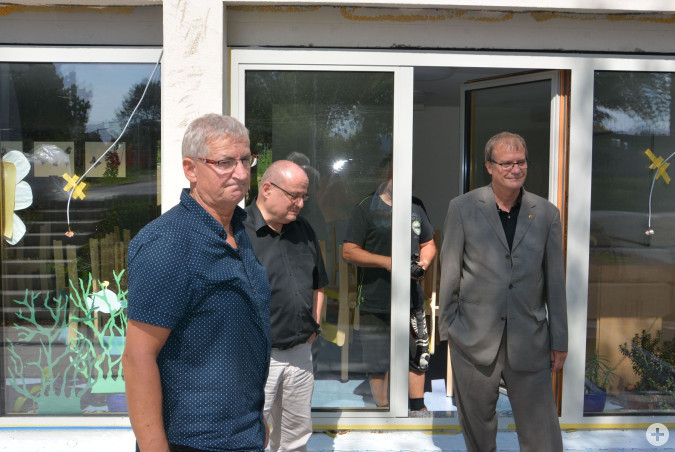 Amtsleiter Erich-Knut Geiger (Gebäudemanagement), Oberbürgermeister Klaus Eberhardt und Projektleiter Friedhelm Eckenstein erläutern die Baumaßnahmen an der Scheffelschule.