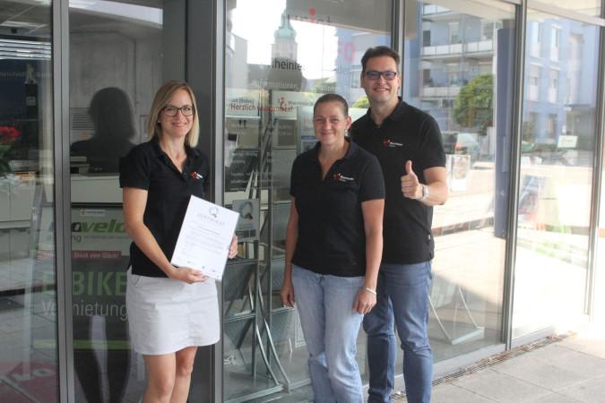 Das Team der Tourist-Information, Tina Peterle, Corinna Steinkopf und Thorsten Ehrentraud (v. l.), freut sich über die erhaltene Auszeichnung.