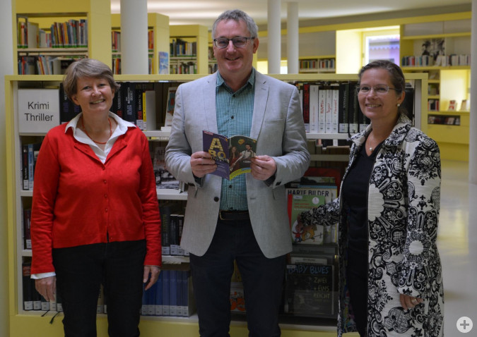 Die Leiterin der Stadtbibliothek, Andrea Strecker, Kulturamtsleiter Claudius Beck und Bürgermeisterin Diana Stöcker freuen sich auf das kulturelle Herbstprogramm der nächsten Monate mit dem zehnjährigen Jubiläum der Stadtbibliothek im November.