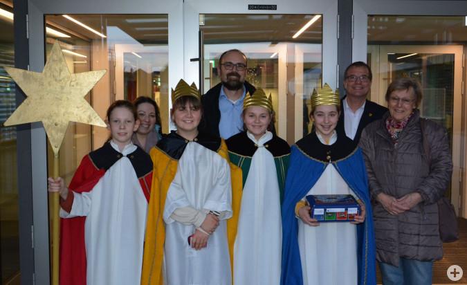 Gemeindereferentin Sara Dias, Matthias Wößner, Pastoralreferent der Seelsorgeeinheit Rheinfelden, und Hannelore Schweizer begleiteten die vier Sternsingerkinder bei ihrem Besuch von Oberbürgermeister Klaus Eberhardt.