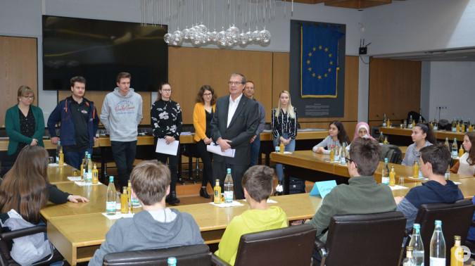 Jugendrathaus 2020: Am Mittwochmorgen begrüßte Oberbürgermeister Klaus Eberhardt die esten Teilnhemer. Anschließend lernten die Schüler das Rathaus mit Hilfe einer QR-Code Rallye kennen.