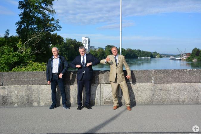 Nach dreimonatiger Grenzschließung ein kleiner historischer Moment: Walter Jucker, Stadtammann Franco Mazzi und Oberbürgermeister Klaus Eberhardt nutzten die Grenzöffnung zu einer Begrüßung auf der alten Rheinbrücke.