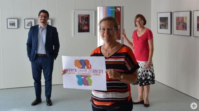 Dario Rago, Stefanie Franosz und Bürgermeisterin Diana Stöcker freuen sich über die Verlängerung des Wertejahres bis Mitte 2021.