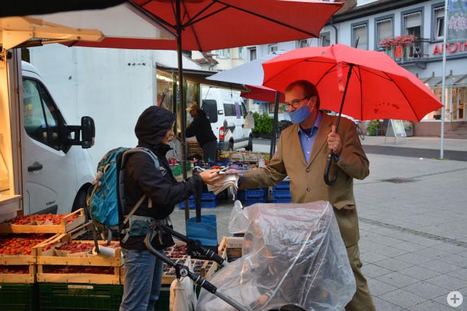 """Oberbürgermeister Klaus Eberhardt wirbt für die Aktion """"Spar Verpackung, förder Grün!"""""""