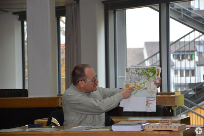 Der Leiter des Forstbezirks Kandern, Bernhard Schirmer, erläutert die Entwicklungen des Rheinfelder Stadtwaldes.