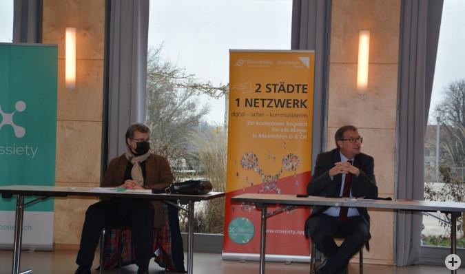 Stadtamman Franco Mazzi und Oberbürgermeister Klaus Eberhardt freuen sich über den Start der gemeinsamen Kommunikationsplattform Crossiety.
