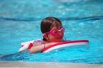 Kind mit Schwimmbrett im Wasser. Foto: AdobeStock_minicel73