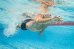 Mann im Wasser. Unterwasseraufnahme. Foto: AdobeStock_TeamDaf
