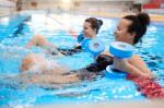 Gruppe im Wasser mit Gymnastikgeräten. Foto: AdobeStock_Nejron Photo