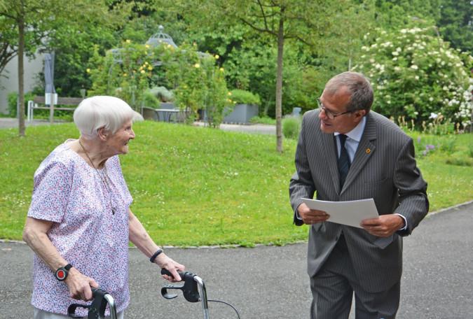 Oberbürgermeister Klaus Eberhardt gratulierte Jubilarin Alice Dietsche herzlich zum 100. Geburtstag.