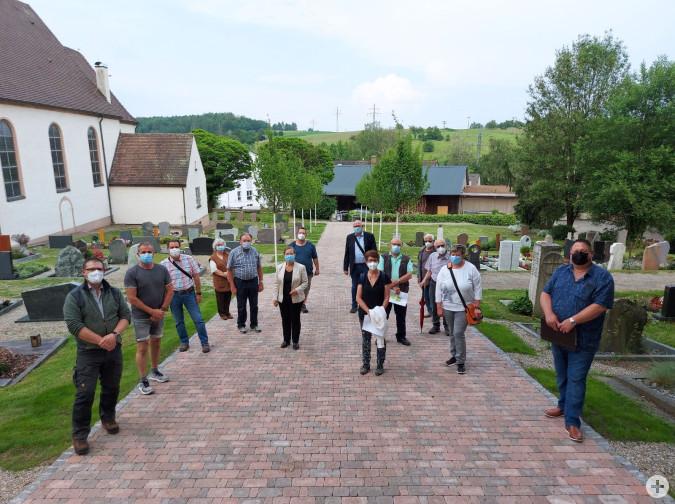 Bei einem vor Ort-Termin besichtigten der Ortschaftsrat Minseln und Vertreter der Kirchengemeinde mit der Friedhofsverwaltung, Bürgermeisterin Diana Stöcker und Vertretern der Verwaltung den Friedhof Minseln.