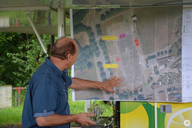 Helmut Augsten vom Trottoirfestverein stellt die Planungen zum Rhyfelder Summerfescht vor.