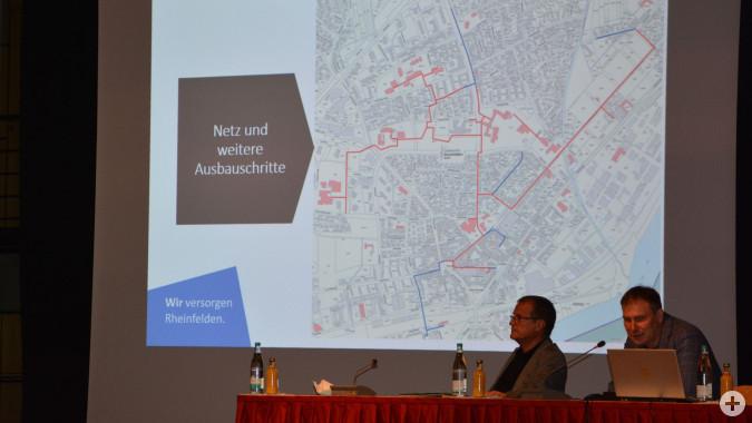 Dr. Daniel Weiss erklärt die Ausbaupläne des städtischen Nahwärmenetzes.