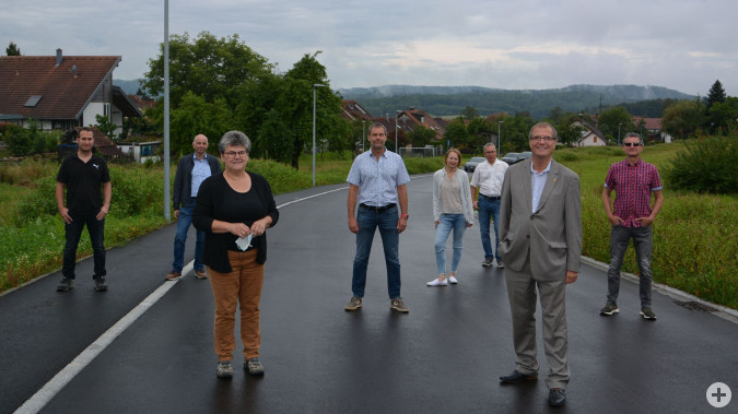 Die Adelhausener Ortsvorsteherin Silvia Rütschle und Oberbürgermeister Klaus Eberhardt freuen sich gemeinsam mit Mitarbeitern des Stadtbauamtes und der Planungs- und Baufirmen über das Neubaugebiet Bauert in Adelhausen.