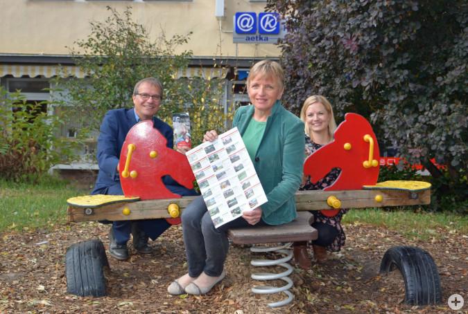 Oberbürgermeister Klaus Eberhardt, Karla Morath und Melanie Wick (von links) freuen sich über den neuen Spielplatzflyer.