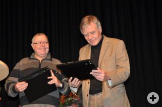 Rheinfelden, die Erste: Gusty Hufschmid überreichte eine Filmklappe an Oberbürgermeister Eberhard Niethammer.