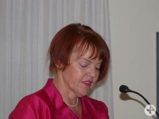 Cornelia Rösner begrüßt das Publikum.