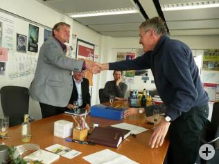 Kurt Renz wid von Oberbürgermeister Eberhard Niethammer verabschiedet.
