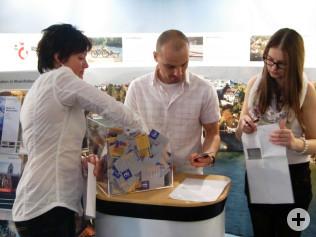 Susanne Quici (links) zieht die Gewinner. Frank Uhlich und Coralie Haas helfen dabei.
