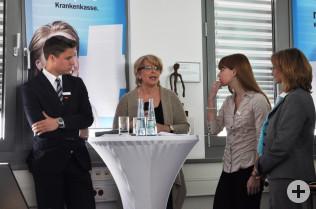 Sabine Josef (2te von links) im Gespräch mit den Auszubildenden der Sparkasse Lörrach-Rheinfelden