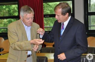 Altoberbürgermeister Eberhard Niethammer übergibt die Rathausschlüssel an seinen Nachfolger Klaus Eberhardt.