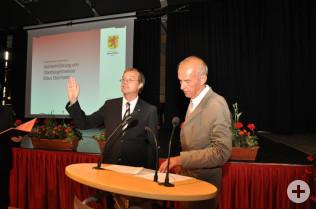Michael Lewerenz (rechts) vereidigt Klaus Eberhardt als neuen Oberbürgermeister.