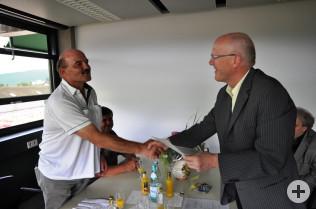 Bürgermeister Rolf Karrer (rechts) gratuliert Ivano Szesniak.