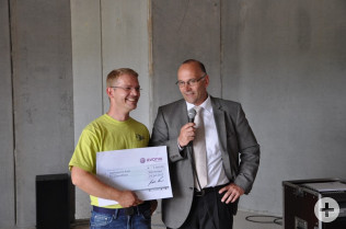 Thomas Platzer vom Förderverein Jugendhaus bekam einen 2.000-Euro-Scheck von Dr. Jörg Arndt, stellvertretender Werksleiter Evonik.