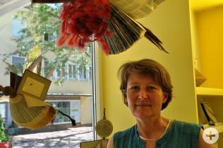 Andrea Strecker, Leiterin der Bibliothek, ist von den Bücherwesen umringt.