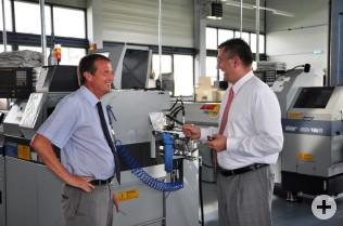 Achim Kitschmann (rechts) erklärt Oberbürgermeister Klaus Eberhardt die Technik.