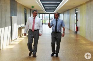 Achim Kitschmann (links) führt den Oberbürgermeister durch die Firma.