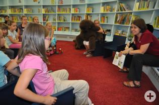 Katja Benkler las den Kindern Elfenabenteuer vor.