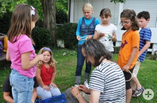Michael Bittl hilft den Kindern beim Traumfänger-Basteln.