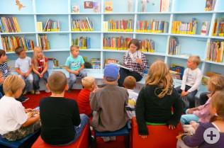 Katja Benkler liest den Kindern vor.