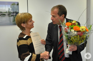 Oberbürgermeister Klaus Eberhardt gratuliert Claudia Hackl zum 25jährigen Jubiläum.