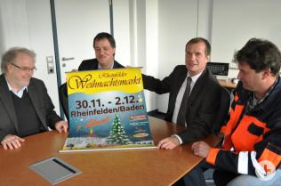 Hans Krusche, Dieter Maier, Oberbürgermeister Klaus Eberhardt und Michael Steiner freuen sich auf den Weihnachtsmarkt.