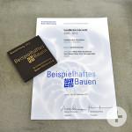 Plakete und Auszeichnung für die Stadtbibliothek