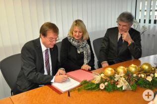Oberbürgermeister Klaus Eberhardt, RenateThoma und Nikolaus Kropac von der Hochrhein Center GmbH unterzeichnen die Verträge.
