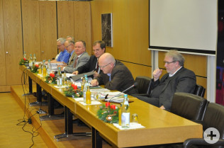 Die Ratsbank von links: Udo Düssel, Dieter Krüsch, Hanspeter Schuler, Oberbürgermeister klaus Eberhardt, Bürgermeister Rolf Karrer und Hans Krusche