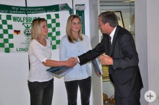 Oberbürgermeister Klaus Eberhardt gratuliert Alisa und Laura Vetterlein (Mitte).