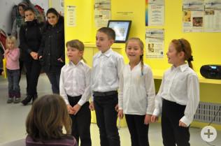Kinder des Kulturvereins Rosinka unterhielten mit englischen und russischen liedern.