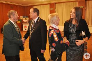 Oberbürgermeister Klaus Eberhardt (zweiter von links) und Ehefrau Monika (rechts) begrüßen die Gäste.