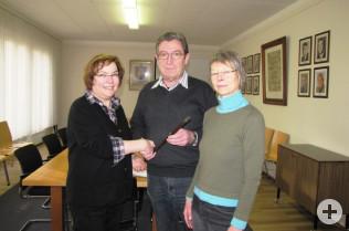 Jürgen Räuber übergibt den Amtsstab an Sabine Diezinger (links) und Martina Schilling.