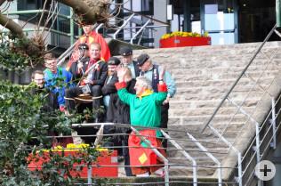 Die Narren entführen den Oberbürgermeister aus dem Rathaus.