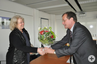 Oberbürgermeister Klaus Eberhardt gratuliert Gabriele Zissel.
