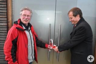 Georg Staudenmayer und Oberbürgermeister Klaus Eberhardt eröffnen das Boulderhaus.
