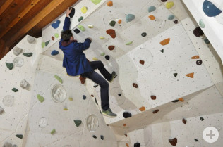 Simon Kalin macht vor, wie man dort klettern kann.