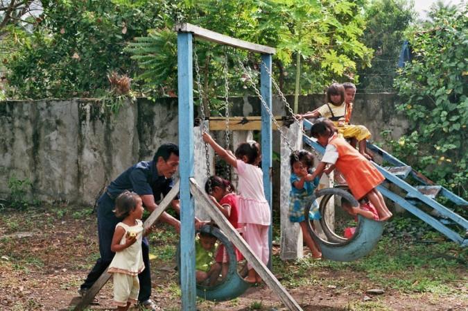 Kinder beim Spielen an den Spielgeräten.