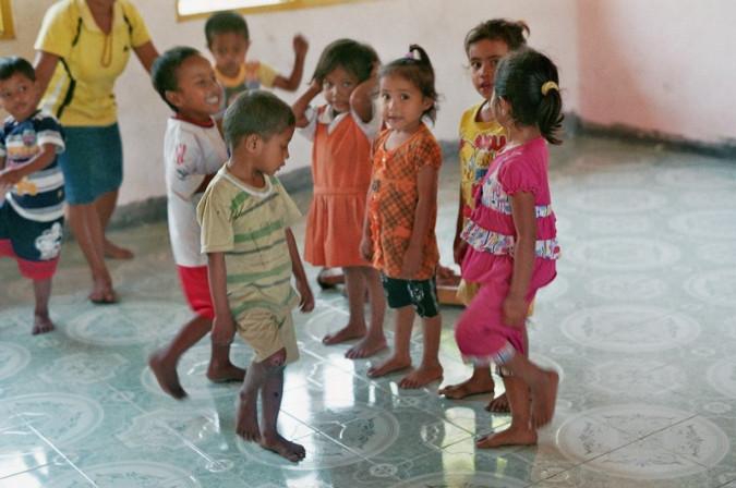 Kinder beim Spielen im Gruppenraum.