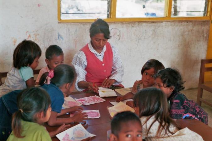 Kinder beim Malen.